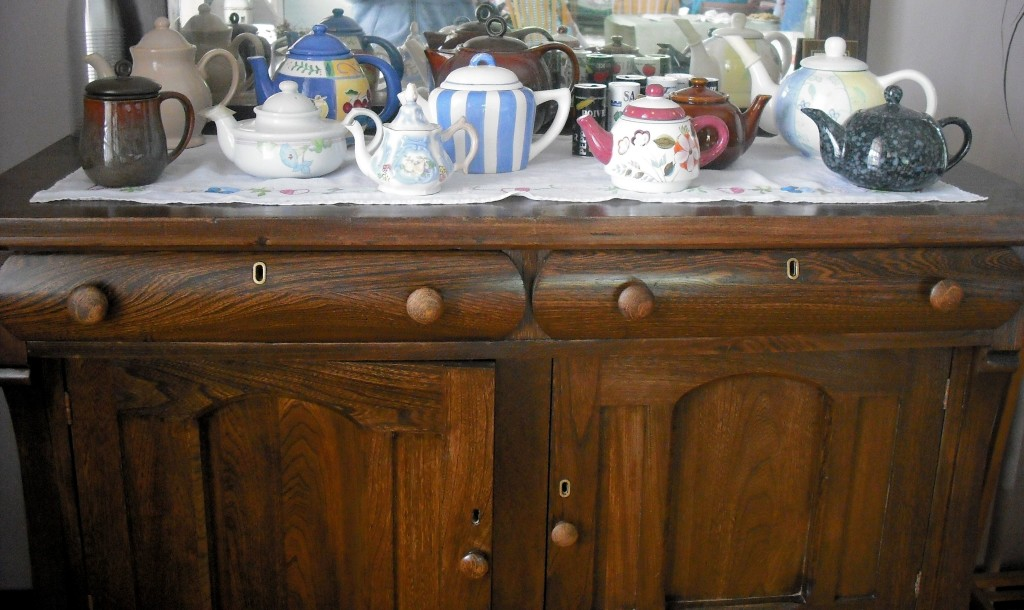 teapots and an antique buffer at Leipzig Serenity Retreat